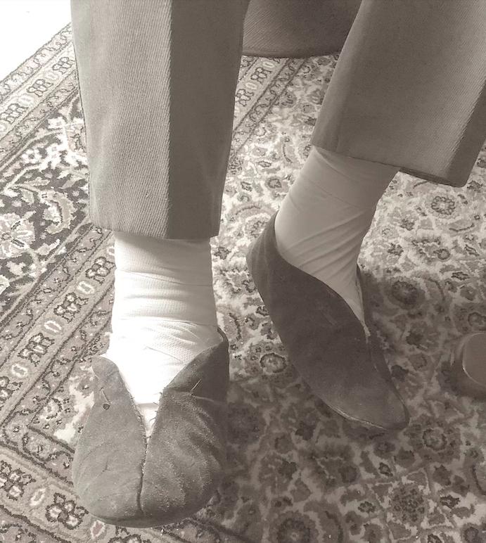 Witte voetjes  (in steunkousen).    (Macaroni Dialogen 17)